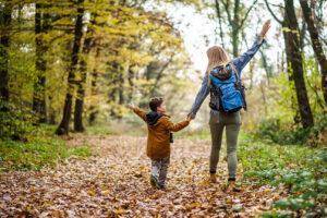 Mutter und Kind wandern im Wald
